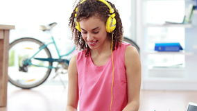 Przypadkowy bizneswoman słucha muzyka zbiory wideo