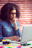 Przypadkowy bizneswoman używa jej laptop Obraz Royalty Free