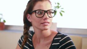 Przypadkowy bizneswomanu mówienie z jej kolegą zdjęcie wideo