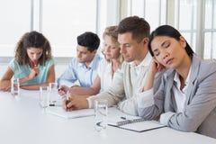 Przypadkowy bizneswomanu spadać uśpiony podczas spotkania Fotografia Stock