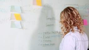Przypadkowy bizneswomanu writing na whiteboard zdjęcie wideo