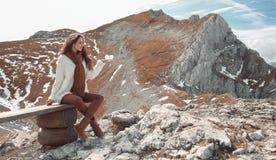 Przypadkowy brunetki kobiety obsiadanie na ławki mienia lodu serca enjoyin obraz stock