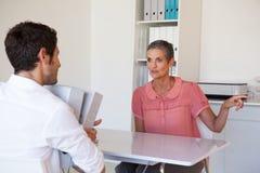 Przypadkowy business manager rozkazuje jej pracownika Obrazy Stock