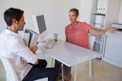 Przypadkowy business manager rozkazuje jej pracownika Fotografia Royalty Free