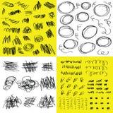 Przypadkowy czarnej ręki rysujący doodle i skrobaniny projektujemy elementy ustawiających na bielu i kolorze żółtym ilustracji