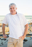 Przypadkowy dorośleć mężczyzna ono uśmiecha się przy kamerą morzem Zdjęcia Stock