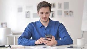 Przypadkowy Dorosły mężczyzna Używa Smartphone, Pisać na maszynie wiadomość zbiory