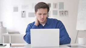 Przypadkowy Dorosły mężczyzna z szyja bólem przy pracą zdjęcie wideo