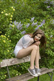 Przypadkowy dziewczyny obsiadanie w parku Zdjęcie Stock