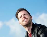 Przypadkowy facet pozuje outdoors z niebieskim niebem Obrazy Stock