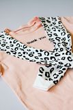 Przypadkowy i modny odziewa, barwi?ca lampart bluza sportowa i koszulka Odosobniony t?o Trendy 2019 rok fotografia stock
