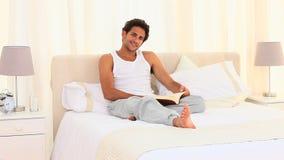 Przypadkowy mężczyzna czyta książkę zbiory wideo