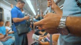 Przypadkowy mężczyzna czytanie od telefonu komórkowego smartphone ekranu podczas gdy spojrzenia nawigator podróżuje na metrze w m zdjęcie wideo