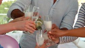 Przypadkowy mężczyzna dolewania szampan w szkłach zbiory wideo