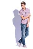 Przypadkowy mężczyzna mienia łokieć Fotografia Stock