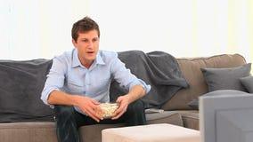 Przypadkowy mężczyzna ogląda dopasowanie zbiory wideo