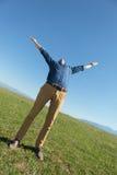 Przypadkowy mężczyzna outdoors z rękami otwierać Obrazy Royalty Free