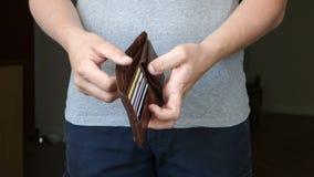 Przypadkowy mężczyzna Usuwa portfel Bez pieniądze zdjęcie wideo
