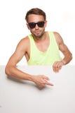Przypadkowy mężczyzna w okularach przeciwsłonecznych z puste miejsce znakiem zdjęcie stock