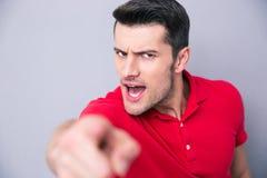 Przypadkowy mężczyzna wskazuje palec przy kamerą Obrazy Royalty Free