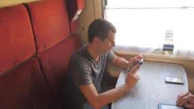 Przypadkowy mężczyzny czytanie od telefonu komórkowego ekranu styl życia podczas gdy czyta sms wiadomość podróżuje na taborowym f zbiory wideo
