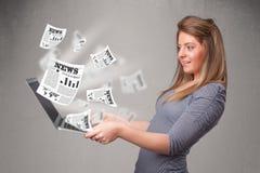 Przypadkowy młodej kobiety holdin notatnik i czytanie środek wybuchowy nowy Obraz Stock