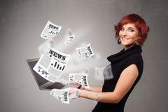 Przypadkowy młodej kobiety holdin notatnik i czytanie wybuchowa wiadomość Zdjęcia Stock