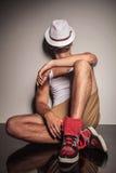 Przypadkowy młody człowiek odpoczywa na podłoga Obrazy Stock