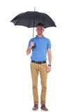 Przypadkowy młody człowiek pod jego parasolem Zdjęcie Royalty Free