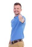 Przypadkowy młody człowiek pokazuje kciuk up Obrazy Royalty Free
