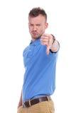 Przypadkowy młody człowiek pokazuje kciuka puszek Zdjęcia Stock