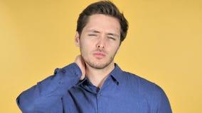Przypadkowy młody człowiek z szyja bólem na Żółtym tle zdjęcie wideo