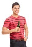 Przypadkowy młody facet pije piwo Fotografia Royalty Free