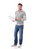 Przypadkowy mężczyzna mienia laptopu ja target223_0_ Obrazy Royalty Free