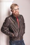 Przypadkowy moda mężczyzna śmia się zdala od camer Zdjęcia Stock