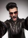 Przypadkowy moda mężczyzna krzyczy podczas gdy trzymający kamerę Zdjęcia Stock
