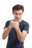 Przypadkowy młody człowiek przygotowywający walczyć napadanie z pięścią up Fotografia Royalty Free