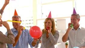 Przypadkowy partnerów biznesowych świętować zdjęcie wideo