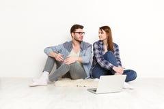 Przypadkowy pary dopatrywania film na laptopie, studio strzał obraz stock