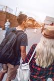Przypadkowy pary odprowadzenie na ulicie obraz stock