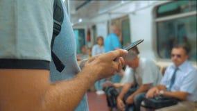 Przypadkowy podróżnika mężczyzna czytanie od telefonu komórkowego smartphone pisze wiadomościach ekranizuje podczas gdy spojrzeni zbiory wideo