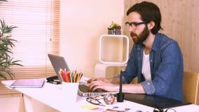 Przypadkowy pracownik przy jego biurkiem używać laptop zdjęcie wideo