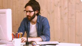 Przypadkowy pracownik używa komputer przy biurkiem zbiory wideo