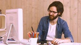 Przypadkowy pracownik używa komputer przy biurkiem zbiory