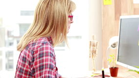 Przypadkowy projektant pracuje przy jej biurkiem zbiory wideo