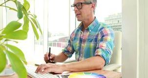 Przypadkowy projektant używa grafika laptop i pastylkę zbiory wideo