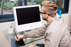 Przypadkowy projektant używa projektant grafik komputerowych Zdjęcie Stock