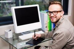Przypadkowy projektant używa projektant grafik komputerowych Obrazy Royalty Free