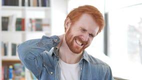 Przypadkowy rudzielec mężczyzna z szyja bólem zdjęcie wideo