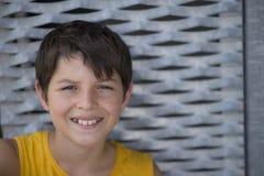 Przypadkowy ubierający młody nastoletni łyżwiarka portreta styl życia outdoors zdjęcie royalty free